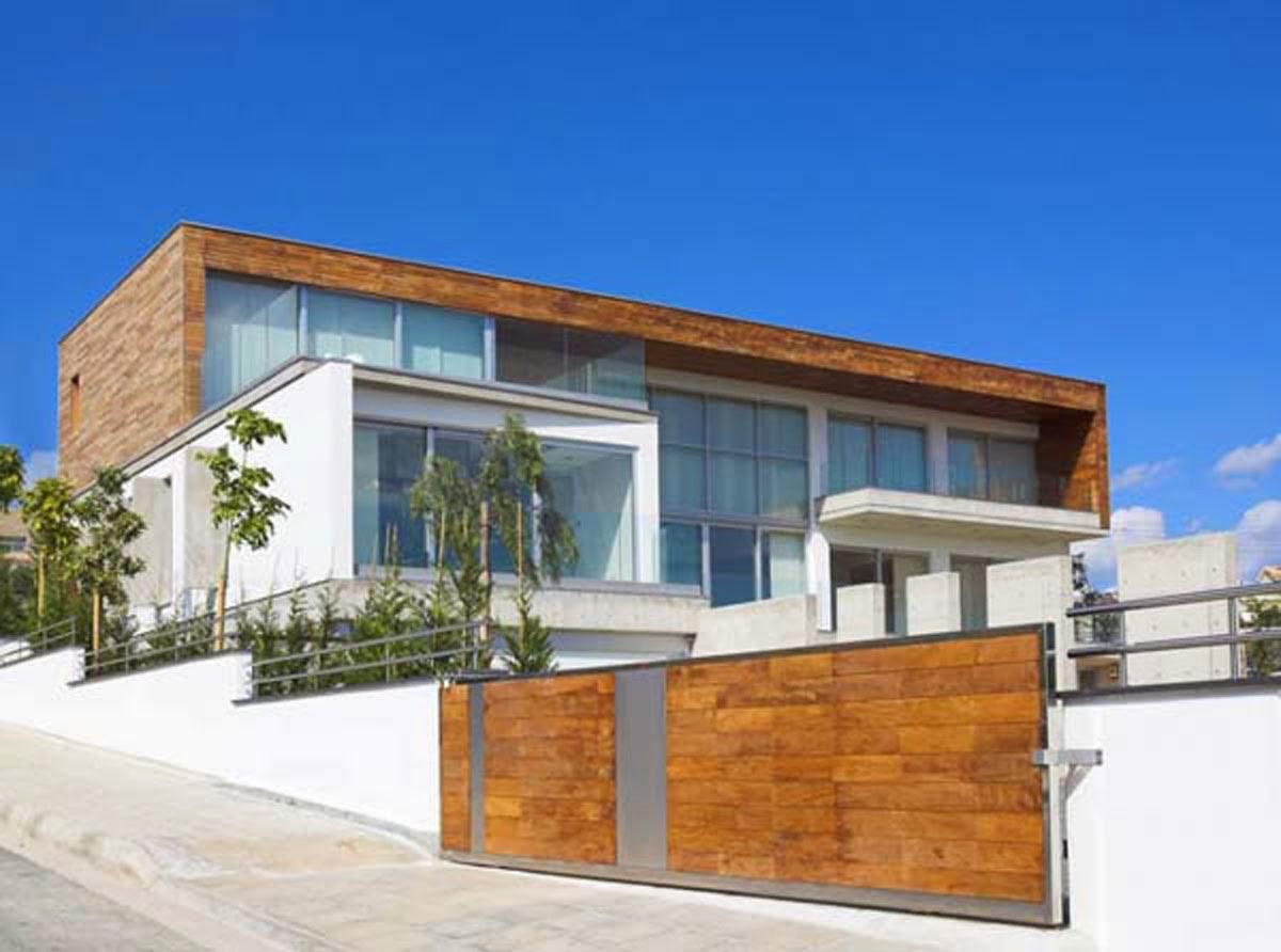 Vento e caldo per una villa in legno for Piani di casa per case costruite su una collina