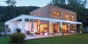 Einfamilienhaus_Schoener_Wohnen_Haus_Luftbalken_Holzlamellen