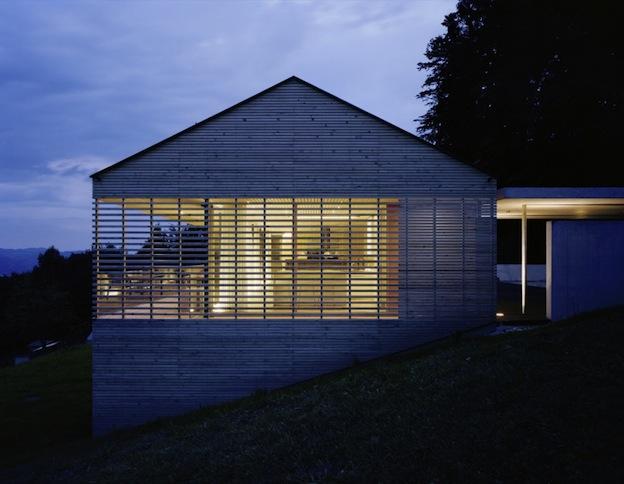 Un edificio in legno in collina for Costruire un garage su un terreno in pendenza